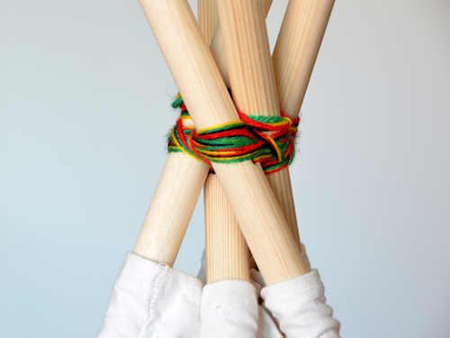 Zurre die Holzstäbe deines Tippi mit der Schnur fest.