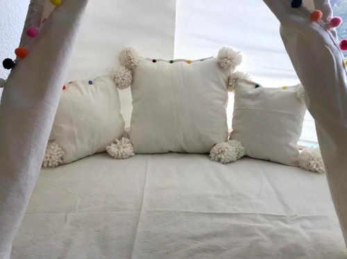 Als Inneneinrichtung des Tippi kannst Du schöne Kissen nähen.