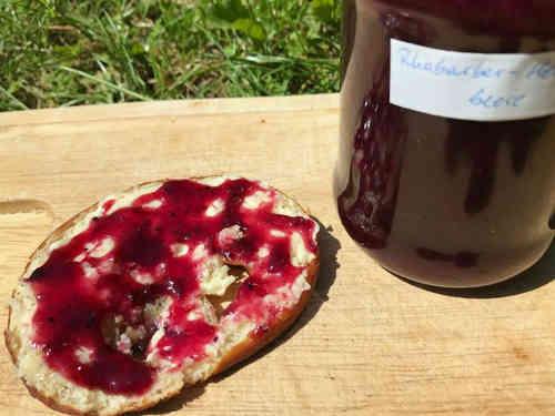 Selbstgemachte Rhabarber-Heidelbeer-Marmelade schmeckt besonders gut auf frischer Brezel.