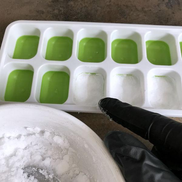 Drücke das Natron-Zitronesäuregemisch sehr gut fets. Sonst bröseln die WC-Tabs