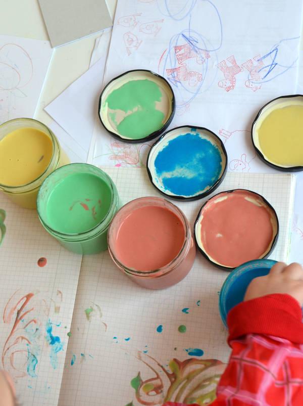 Kreativ sein mit selbst gemachter Fingermalfarbe.