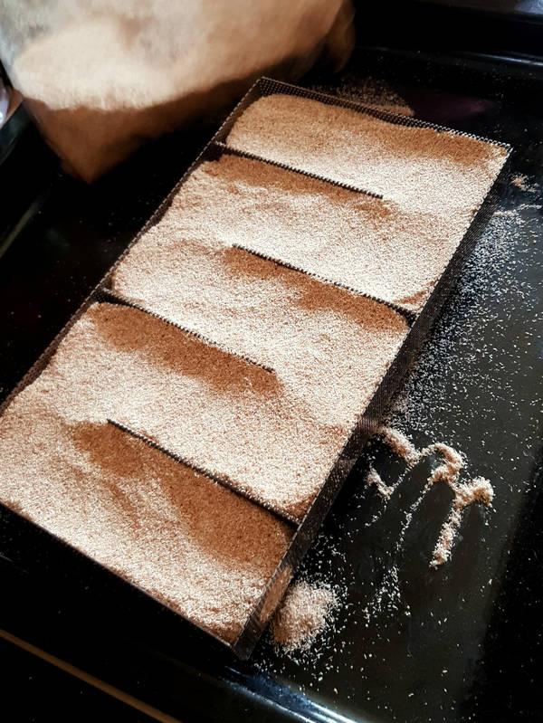 Zum Schinken räuchern fülle den Sparbrand gut mit Räuchermehl.
