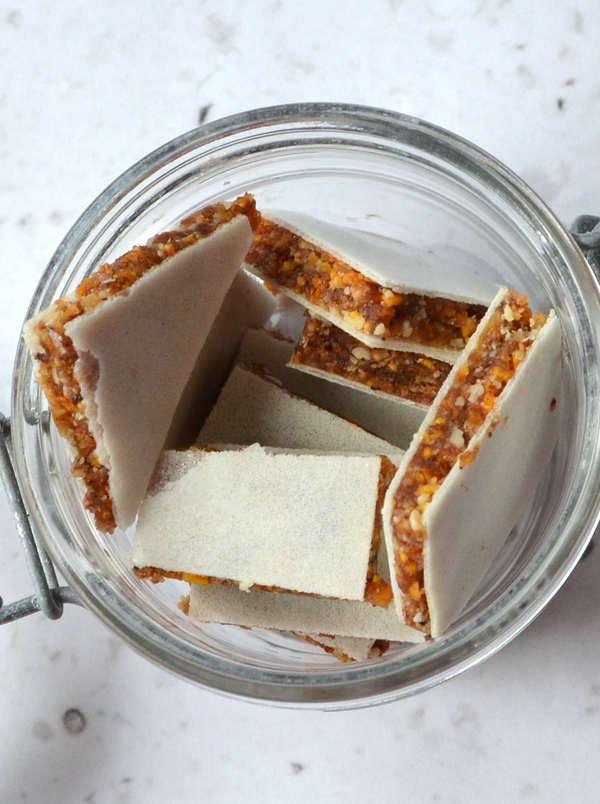 Bewahre deine selbstgemachten Fruchtschnitten in einem verschließbaren Gefäß auf.