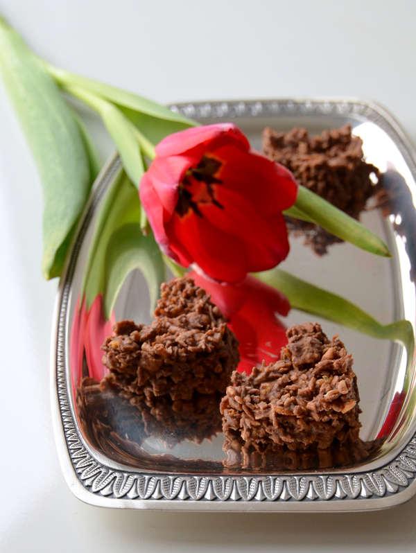 Selbstgemachte Knusperherzen und Blumen für den Valentinstag