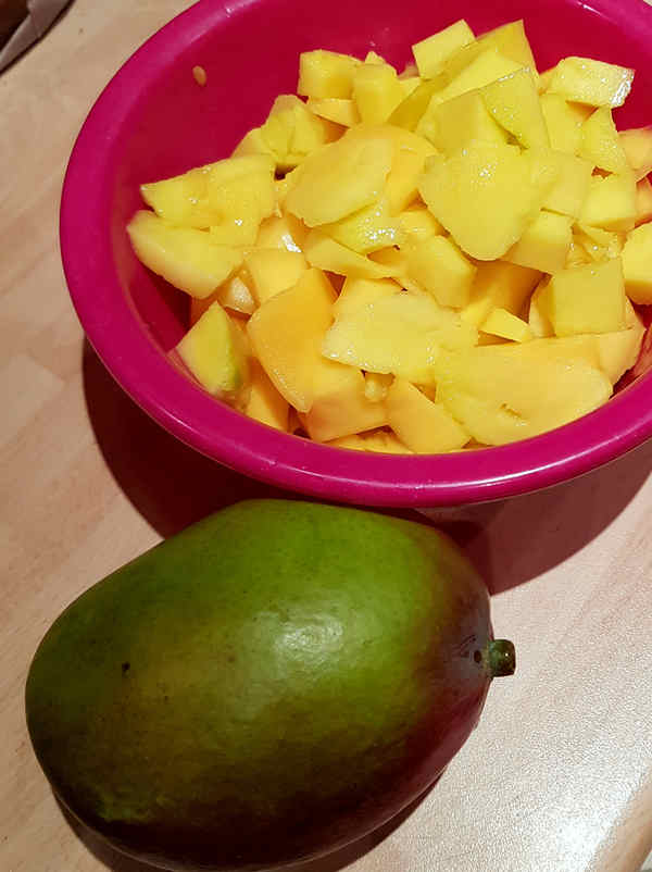 Zerschneide die Mango klein.