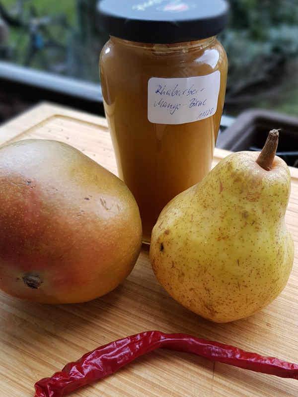 Selbstgemachte Rhabarber-Birne-Mango Marmelade