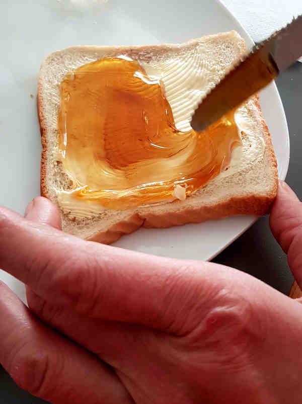 Löwenzahnsirup ist ein leckerer Frühstückaufstrich