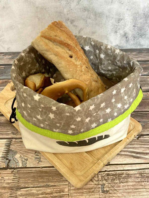 Du kannst den selbstgenähten Brotbeutel auch unschlagen und dekorativ auf dem Frühstückstisch stellen.